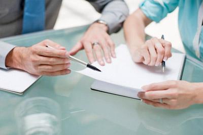 Родители пишут соглашение о воспитании ребенка