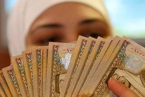 Восточная женщина с деньгами