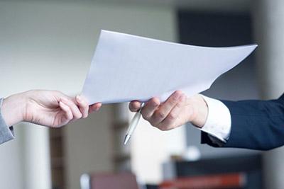 Муж подает документ жене
