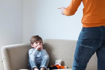 Отец ругает ребенка