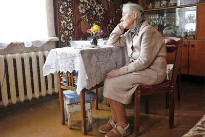 Пожилая женщина одна