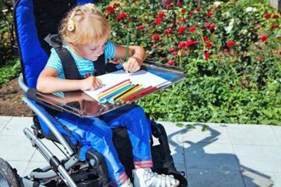 Ребенок рисует карандашами