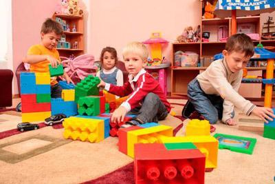 Дети играют в детсаду