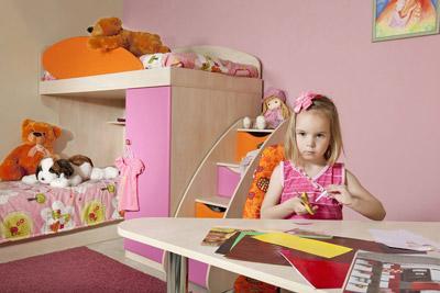 Девочка в своей комнате