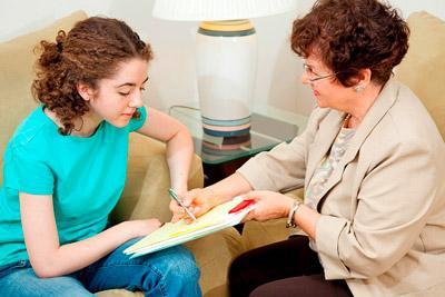 Подросток подписывает трудовой договор