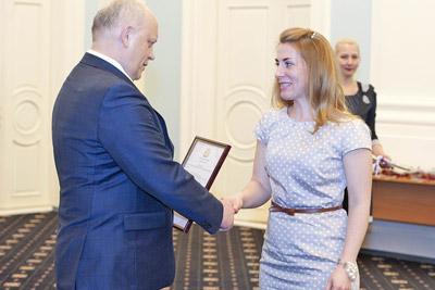 Вручение сертификата областного семейного капитала