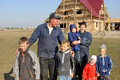 Многодетная семья строит дом