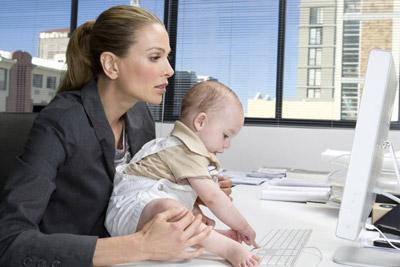 Ребенок мамой в офисе