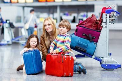 Мама с детьми собираются в отпуск