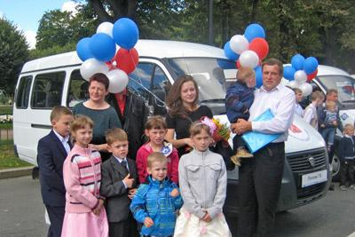 Многодетная семья с автомобилем Газель