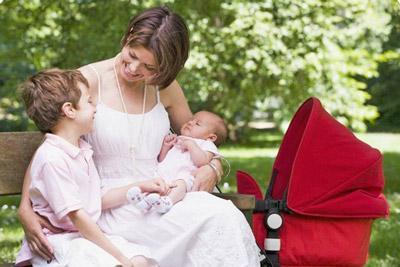 Двое детей с матерью