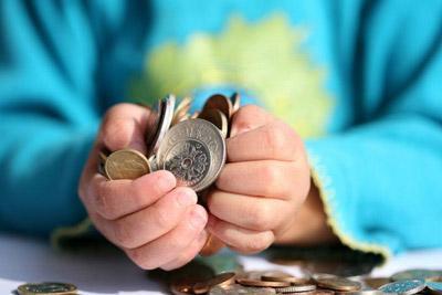 Монеты в руках ребенка