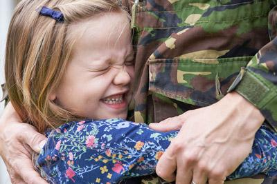 Отец военнослужащий с ребенком