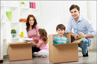 Дети с родителями в новой квартире