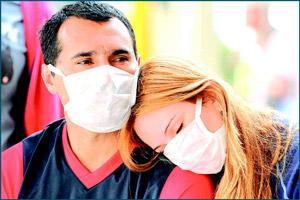 Влюбленная пара в масках от коронавируса