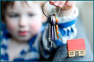 Ребенок держит ключи